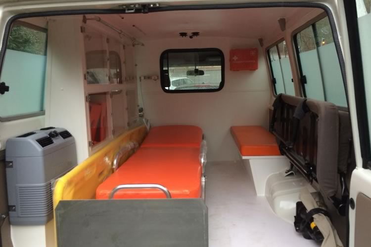 Toyota Land Cruiser 78 transformed into an Ambulance for Africa - pics 2