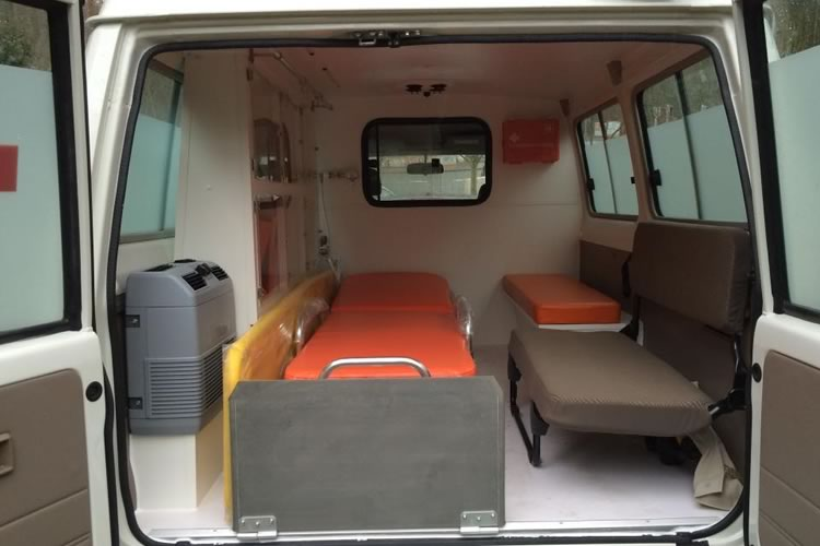 Toyota Land Cruiser 78 transformed into an Ambulance for Africa - pics 3