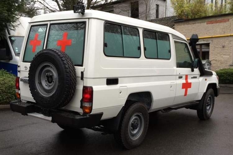 Toyota Land Cruiser 78 transformed into an Ambulance for Africa - pics 4